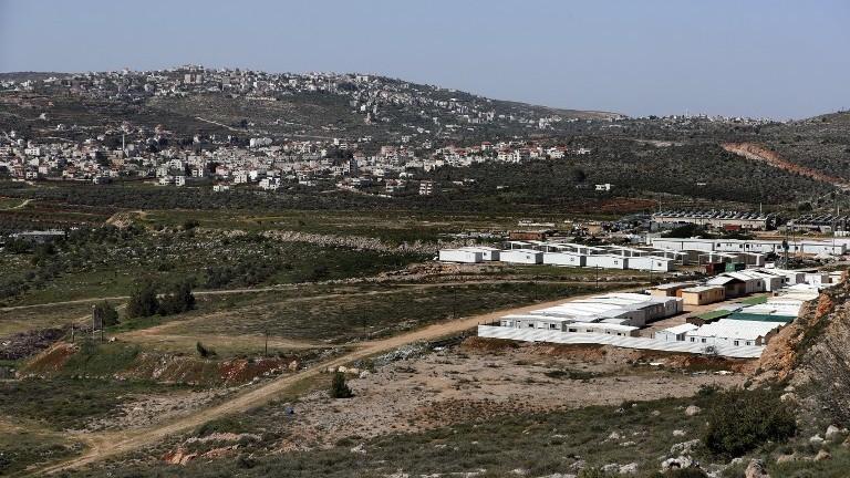 Une vue partielle des caravanes démantelées de l'avant-poste d'Amona placées dans l'implantation de Shiloh, en Cisjordanie, le 31 mars 2017. (Crédit : Thomas Coex/AFP)