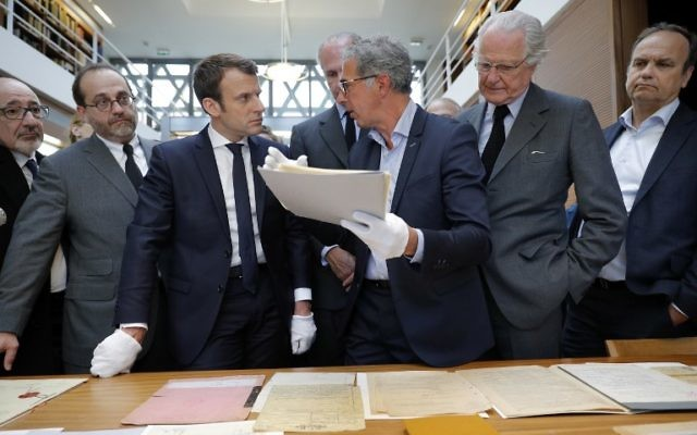 Emmanuel Macron avec Jacques Fredj, directeur du mémorial de la Shoah de Paris, pendant une visite au mémorial, le 30 avril 2017. (Crédit : Philippe Wojazer/AFP)