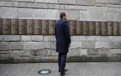 Emmanuel Macron devant le mur des Justes du mémorial de la Shoah de Paris, le 30 avril 2017. (Crédit : Philippe Wojazer/AFP)