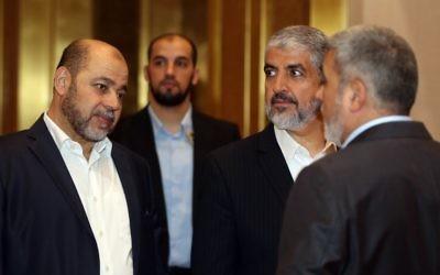 Khaled Meshaal, 2e à droite, chef du Hamas en exil, avec Moussa Abu Marzouk, à gauche, avant une conférence de presse à Doha, au Qatar, le 1er mai 2017. (Crédit : Karim Jaafar/AFP)