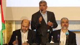 Khaled Meshaal, à droite, chef du Hamas en exil, pendant une conférence de presse à Doha, au Qatar, le 1er mai 2017. (Crédit : Karim Jaafar/AFP)