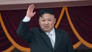 Le leader nord-coréen Kim Jong-Un sur le balcon de la Maison d'étude du Grand peuple suite à un défilé militaire marquant le 105e anniversaire de la naissance du dernier dirigeant nord-coréen Kim Il-Sung à Pyongyang, le 15 avril 2017. (Crédit : Ed Jones/AFP)