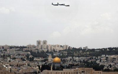 Les avions de transport israéliens C-130 Hercules volent au dessus de Jérusalem lors des festivités marquant la 69ème Journée de l'indépendance, le 2 mai 2017 (Crédit :  AFP Photo/Thomas Coex)