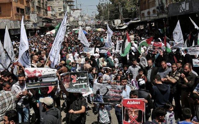 """Partisans du Hamas, du Jihad islamique et du mouvement Al-Ahrar contre le président de l'Autorité palestinienne Mahmoud Abbas à Rafah, dans le sud de la bande de Gaza, le 2 mai 2017. L'une des pancartes dit : """"Abbas ne me représente pas"""". (Crédit : Said Khatib/AFP)"""