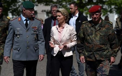 La ministre allemande de la Défense, Ursula von der Leyen, au centre, avec l'Inspecteur général des forces armées allemandes, Volker Wieker, à droite, et l'inspecteur Heer General Joerg Vollmeer, à gauche, sur la base du 291e Jagerbataillon à Illkkirch, le 3 mai 2017. (Crédit : Frederick Florin/AFP)