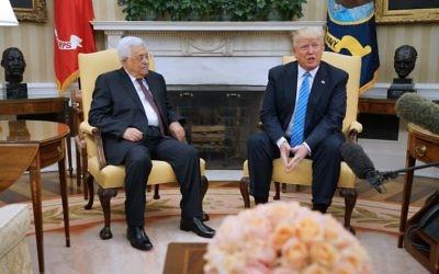 Le président américain Donald Trump avec le président de l'Autorité palestinienne Mahmoud Abbas dans le Bureau ovale de la Maison Blanche, le 3 mai 2017. (Crédit : Mandel Ngan/AFP)