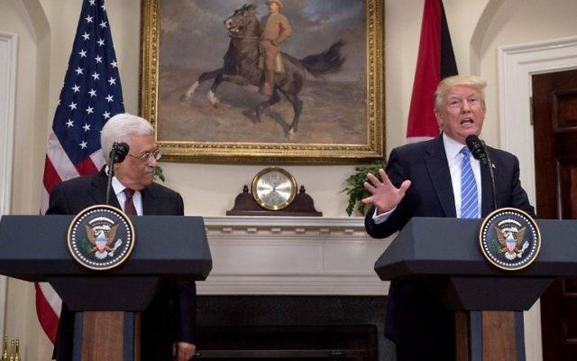 Le président américain Donald Trump et le président de l'Autorité palestinienne Mahmoud Abbas lors d'une conférence de presse à la Maison Blanche, le 3 mai 2017. (Crédit : Nicholas Kamm/AFP)