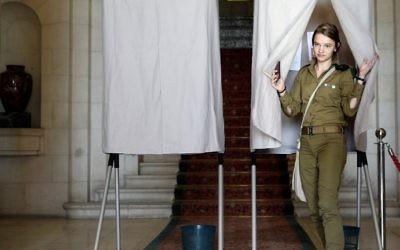 Une soldate israélienne vote au consulat français de Jérusalem pour le second tour de l'élection présidentielle française, le 7 mai 2017. (Crédit : Thomas Coex/AFP)