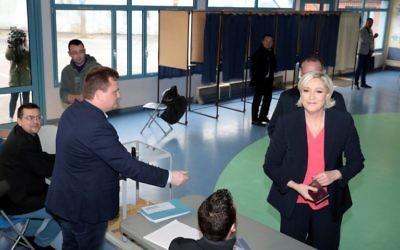 Marine Le Pen vote au second tour de l'élection présidentielle française à Hénin-Beaumont, le 7 mai 2017. (Crédit : Joël Saget/AFP)