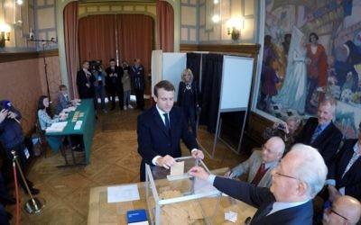 Emmanuel Macron vote au second tour de l'élection présidentielle française au Touquet, le 7 mai 2017. (Crédit : Philippe Wojazer/Pool/AFP)