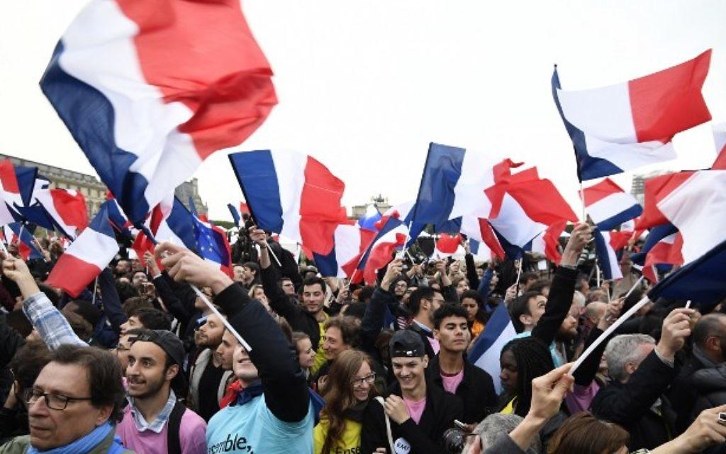 Les partisans d'Emmanuel Macron devant la pyramide du Louvre, à Paris, après la victoire de leur candidat à l'élection présidentielle française, le 7 mai 2017. (Crédit : Eric Feferberg/AFP)