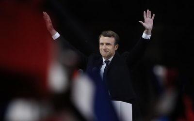 Emmanuel Macron, élu à la présidence de la République française, devant la pyramide du Louvre, le 7 mai 2017. (Crédit : Patrick Kovarik/AFP)