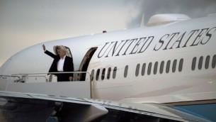 Le président américain Donald Trump embarque à bord d'Air Force One à Morristown Municipal Airport dans le New Jersey, le 7 mai 2017. (Crédit : AFP/Brendan Smialowski)