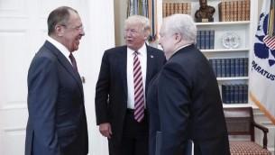 Le président américain Donald Trump, au centre, avec le ministre russe des Affaires étrangères Sergueï Lavrov, à gauche, et l'ambassadeur russe aux Etats-Unis Sergueï Kislyak à la Maison Blanche, le 10 mai 2017. Photographie diffusée par le gouvernement russe. (Crédit : HO/ministère russe des Affaires étrangères/AFP)