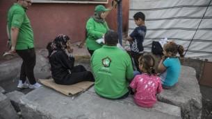"""Des membres du programme gouvernemental égyptien """"Enfants sans abris"""" dans les rues du Caire, le 11 mai 2017. (Crédit : Khaled Desouki/AFP)"""