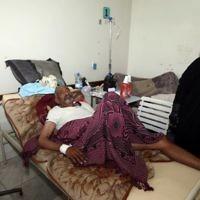 Un Yéménite qui aurait le choléra à l'hôpital de Sanaa, le 12 mai 2017. (Crédit : Mohammed Huwais/AFP)
