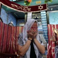 Une juive française priant à la synagogue de Ghriba à Djerba le 12 mai 2017 lors du premier jour du pèlerinage annuel à la synagogue sur l'île de Djerba, en Tunisie (Crédit : AFP PHOTO / FETHI BELAID)