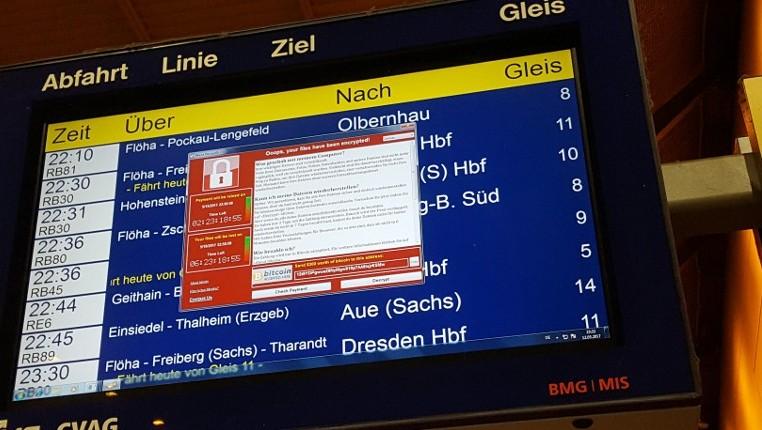 Une fenêtre annonçant le cryptage des données et une demande de paiement sur l'écran annonçant les prochains trains dans la gare de Chemnitz, en Allemagne, le 12 mai 2017. (Crédit : P. Goetzelt/dpa/AFP)