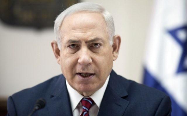 Le Premier ministre Benjamin Netanyahu pendant la réunion hebdomadaire du cabinet, dans ses bureaux de Jérusalem, le 14 mai 2017. (Crédit : Abir Sultan/Pool/AFP)