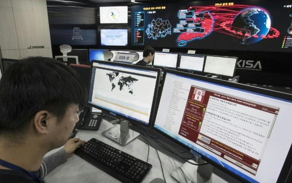 Suivi de la propagation de l'attaque informatique WannaCry à l'Agence coréenne d'internet et de sécurité (KISA), à Séoul, le 15 mai 2017. (Crédit : Yonhap/AFP)