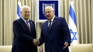 Le président Reuven Rivlin, à droite, avec le nouvel ambassadeur américain, David Friedman , à Jérusalem, le 16 mai 2017. (Crédit : Heidi Levine/Pool/AFP)