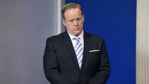 Sean Spicer, attaché de presse de la Maison Blanche, pendant une conférence de presse du conseiller à la sécurité nationale H.R. McMaster, à la Maison Blanche, le 16 mai 2017. (Crédit : Olivier Douliery/AFP)