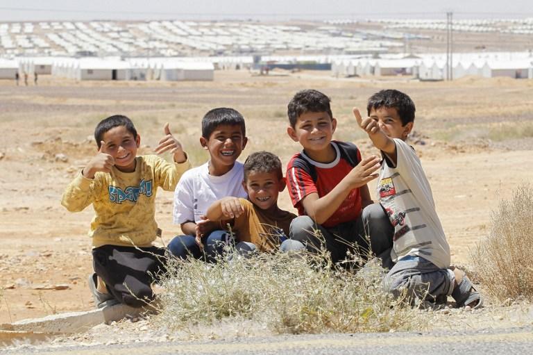 Des petits garçons du camp de réfugiés syriens d'Azrak, en Jordanie, le 17 mai 2017. (Crédit : Ahmad Abdo/AFP)
