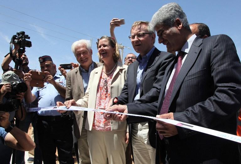 Kelly T. Clements, numéro deux du Haut commissariat aux réfugiés de l'ONU, et Per Heggenes, président de la Fondation Ikea, pendant l'inauguration d'une nouvelle centrale solaire dans le camp de réfugiés syriens d'Azrak, en Jordanie, le 17 mai 2017. (Crédit : Ahmad Abdo/AFP)