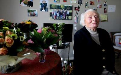 Yvette Lundy, 101, pose le 26 avril 2017 dans une maison à la retraite à Epernay, dans le nord-est de la France (Crédit : AFP PHOTO / FRANCOIS NASCIMBENI)