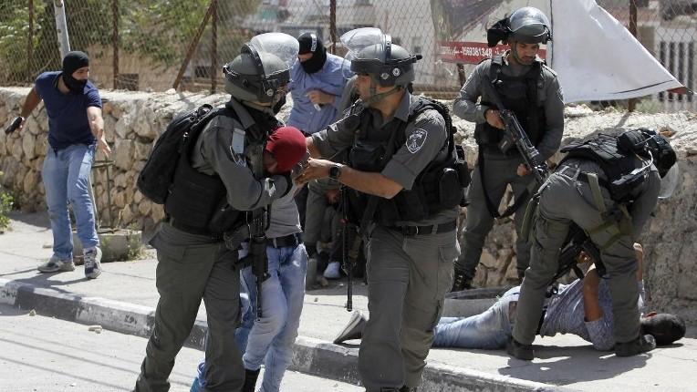 Garde-frontières et policiers israéliens arrêtent un Palestinien pendant des affrontements devant Bethléem, en Cisjordanie, le 19 mai 2017. (Crédit : Musa al-Shaer/AFP)
