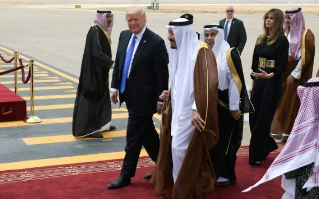 Le président américain Donald Trump, au centre à gauche, est accueilli par le roi saoudien Salman ben Abdel Aziz al-Saoud, au centre, suivis de Melania Trump,  à leur arrivée à l'aéroport international King Khalid de Ryad, le 20 mai 2017. (Crédit : Mandel Ngan/AFP)