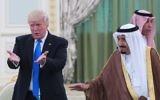 Le président américain Donald Trump et le roi d'Arabie saoudite Salmane ben Abdel Aziz al-Saoud pendant une cérémonie à la Cour royale saoudienne à Riyad, le 20 mai 2017. (Crédit : Mandel Ngan/AFP)