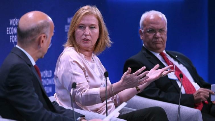 Tzipi Livni, au centre, avec le négociateur de l'Autorité palestinienne Saeb Erekat, à droite, au Forum économique mondial, en Jordanie, le 20 mai 2017. (Crédit : Khalil Mazraawi/AFP)