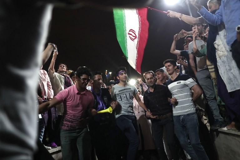 Les partisans du président iranien Hassan Rouhani fêtent sa réélection à Téhéran, le 20 mai 2017. (Crédit : Behrouz Mehri/AFP)