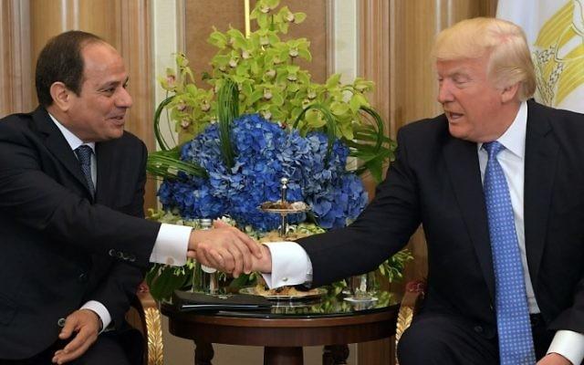 Le président américain Donald Trump, à droite, et le président égyptien Abdel-Fattah el-Sissi à Riyad, Arabie saoudite, le 21 mai 2017. (Crédit : Mandel Ngan/AFP)