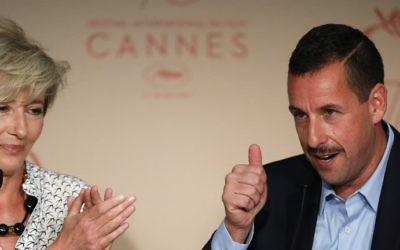 Adam Sandler , à droite, aux côtés d'Emma Thompson durant une conférence de presse pour le film  'The Meyerowitz Stories (New and Selected)' lors du 70ème festival du film de Cannes dans le sud de la France, le 21 mai 2017 (Crédit : Laurent EMMANUEL / AFP)