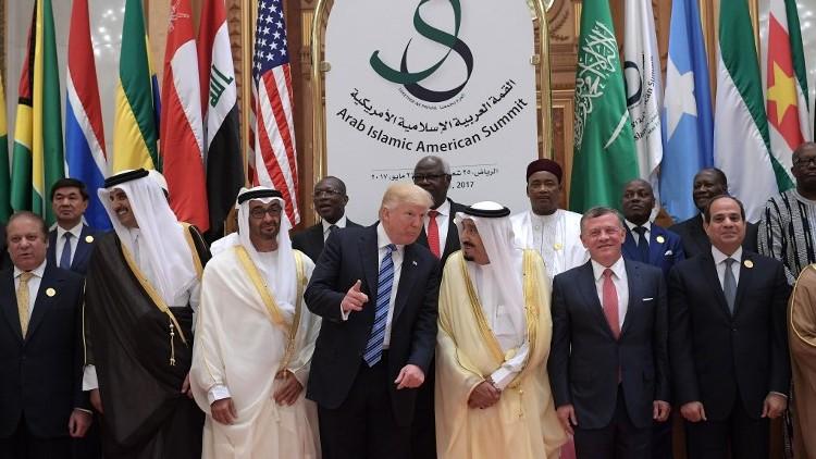 Le président américain Donald Trump, le roi Salman bin Abdulaziz al-Saud d'Arabie saoudite, le roi de Jordanie Abdallah II, le président égyptien Abdel Fattah al-Sissi et d'autres responsables prennent la pose pour une photo durant le sommet entre les Etats-Unis et le monde musulman au centre de conférences du roi Abdulaziz à Riyadh, le 21 mai 2017 (Crédit : Mandel NGAN/AFP)