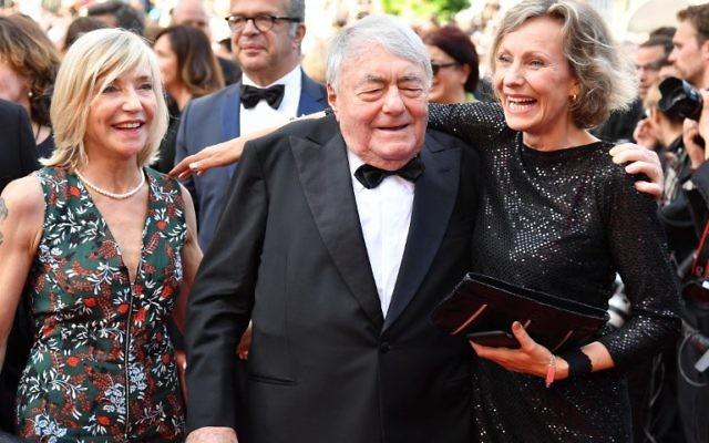 """La photographe Iris van der Waard, à droite, et le réalisateur français Claude Lanzmann, au centre, avant la projection du film """"Napalm"""" au 70 e festival de Cannes, le 21 mai 2017. (Crédit : Alberto Pizzoli/AFP)"""