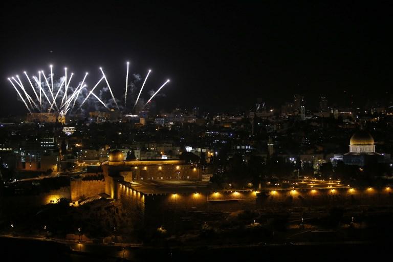 Cérémonie du 50e anniversaire de la réunification de Jérusalem vue depuis le mont des Oliviers, le 21 mai 2017. (Crédit : Ahmad Gharabli/AFP)