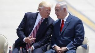 Le premier ministre Benjamin Netanyahu et le président américain Donald Trump, juste après l'atterrissage à l'aéroport international de Ben Gurion, le 22 mai 2017. (Crédit : AFP Photo/Jack Guez) ma