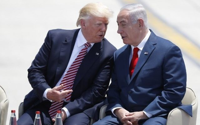 Le Premier ministre Benjamin Netanyahu et le président américain Donald Trump, pendant la cérémonie d'accueil sur le tarmac de l'aéroport international Ben Gurion, le 22 mai 2017. (Crédit : Jack Guez/AFP)