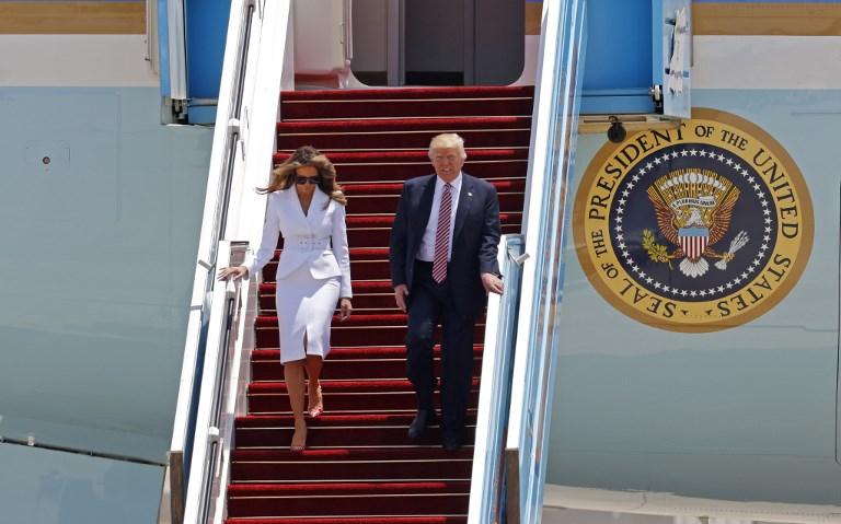 Le président américain Donald Trump et son épouse Melania Trump à la sortie d'Air Force One à leur arrivée sur le tarmac de l'aéroport Ben Gurion, le 22 mai 2017.(Crédit : Jack Guez/AFP)