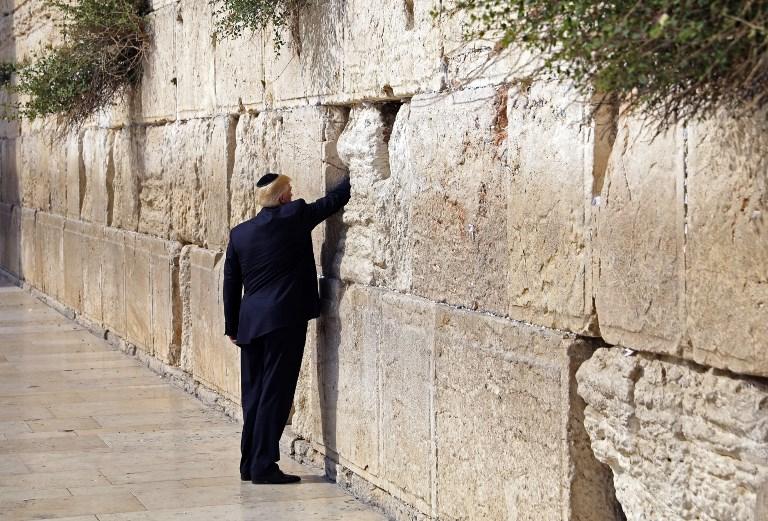 Le président américain Donald Trump devant le mur Occidental, le lieu de prière le plus saint du judaïsme, dans la Vieille ville de Jérusalem, le 22 mai 2017. (Crédit : Ronen Zvulun/Pool/AFP)