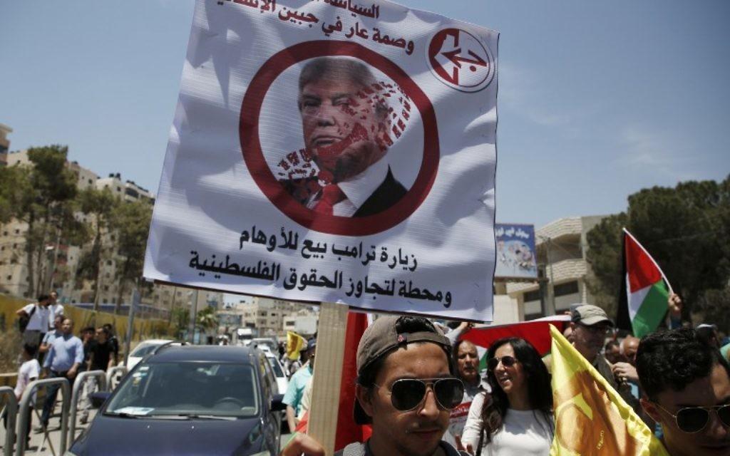 Manifestation contre la visite du président américain Donald Trump en Israël et en Cisjordanie à Qalandiya, en Cisjordanie, le 22 mai 2017. (Crédit : Abbas Momani/AFP)