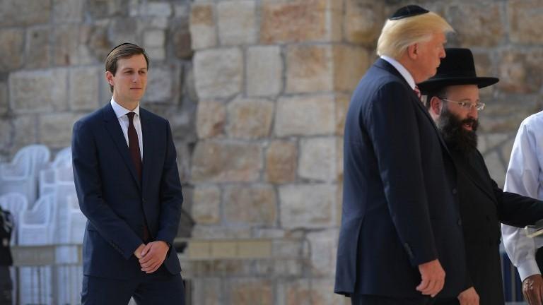 Jared Kushner, à gauche, conseiller du président américain, au mur Occidental avec Donald Trump, à Jérusalem, le 22 mai 2017. (Crédit : Mandel Ngan/AFP)