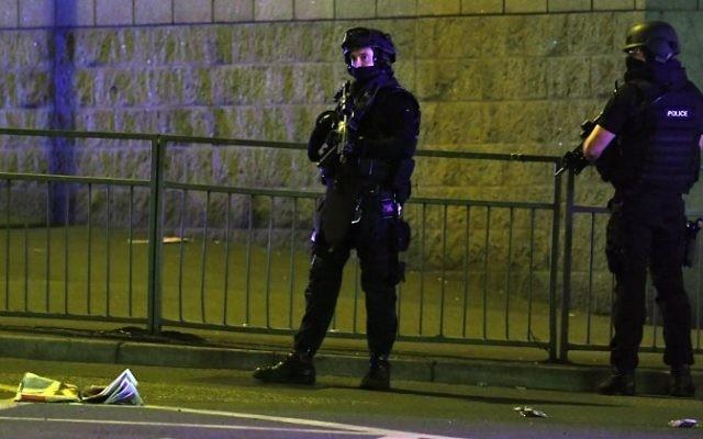 Policiers déployés sur la scène d'une attaque terroriste devant l'Arena de Manchester, où jouait Ariana Grande, le 23 mai 2017. (Crédit : Paul Ellis/AFP)