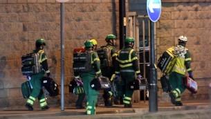 Secouristes sur la scène d'une attaque terroriste devant l'Arena de Manchester, où jouait Ariana Grande, le 23 mai 2017. (Crédit : Paul Ellis/AFP)