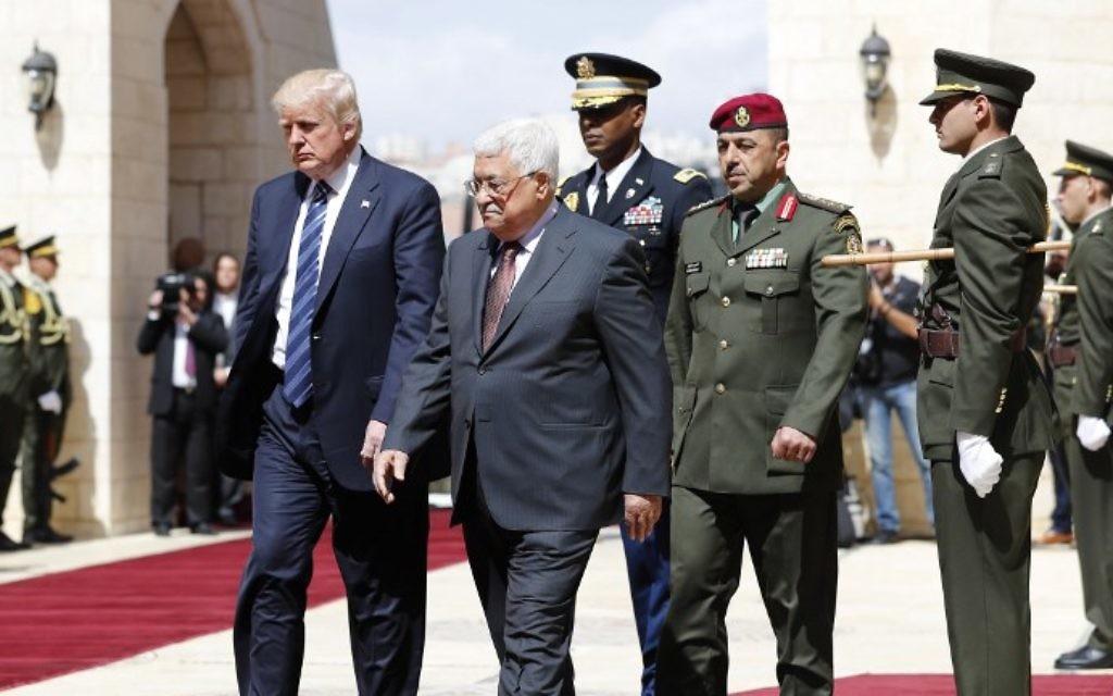 Le président américain Donald Trump, à gauche, et le président de l'Autorité palestinienne Mahmoud Abbas, 2e à gauche, au palais présidentielle de Bethléem, en Cisjordanie, le 23 mai 2017. (Crédit: Thomas Coex/AFP)