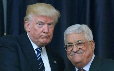 Le président américain Donald Trump, à gauche, et le président de l'Autorité palestinienne Mahmoud Abbas, au palais présidentiel de Bethléem, en Cisjordanie, le 23 mai 2017. (Crédit : Mandel Ngan/AFP)