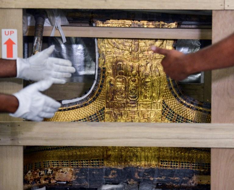 Le chariot du pharaon égyptien Toutankhamon à son arrivée au nouveau Grand musée égyptien du Caire, le 23 mai 2017. (Crédit : Mohamed el-Shahed/AFP)